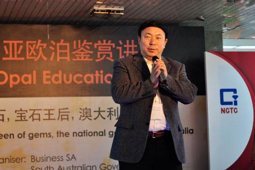 中国珠宝玉石首饰行业协会副会长兼秘书长孙凤民欢迎南澳展团的到来